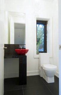 Chiuveta rosie pentru o baie cu alb si negru