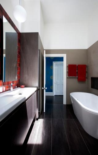 Gresie neagra si perete cu rosu intr-o baie moderna