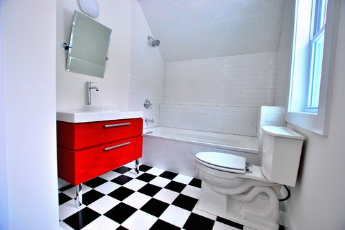 Mobilier de baie rosu lucios si gresie si faianta alb cu negru