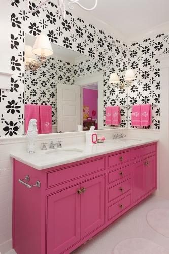 Negru cu alb si mobilier de baie roz aprins