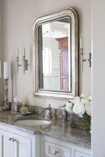Oglinda cu rama argintie