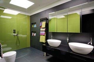 Verde cu negru combinatia perfecta pentru o baie moderna