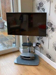 Comoda TV din sticla pentru colt