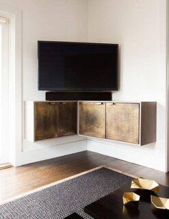 Comoda TV suspendata asezata pe colt
