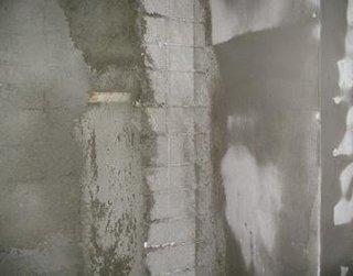 Plasa metalica aplicata si tencuita pe perete