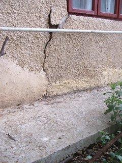 Crapaturi aparute in fatada unei case vechi