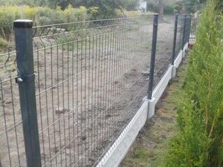 Gard din plasa cu fundatie de beton