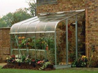 Solar construit langa o cladire