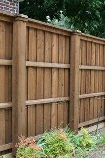 Gard de curte  cu stalpi din lemn