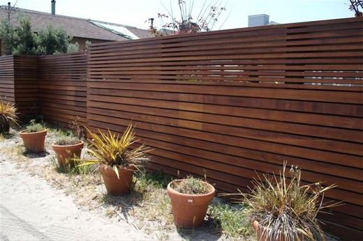 Gard din lemn cu scandura orizontala