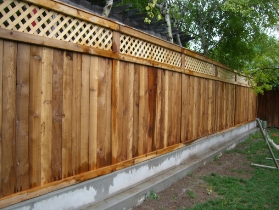 Gard din uluca si panouri de lemn
