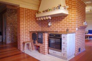 Bucatarie modern rustica cu soba din caramida cu plita si cuptor