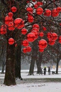Globuri rosii atarnate in copaci
