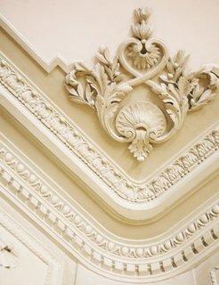 Plafon decorat cu stucaturi