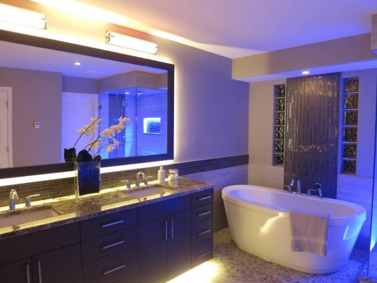 Banda flexibila cu LED montata in spatele oglinzii de baie