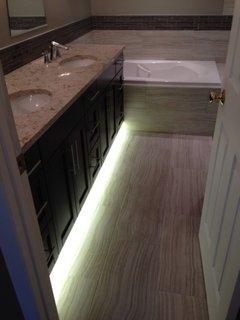 Lumini cu LED instalate sub masca chiuvetei din baie