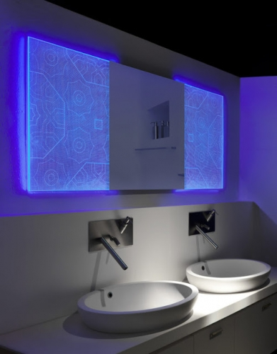 Oglinda de baie cu lumini LED aprinse