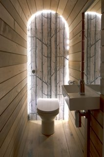 Tub flexibil cu leduri montat in nisa pe peretele din spatele vasului de toaleta