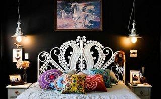 Dormitor cu perete negru, mobilier alb si pendante din inox satinat
