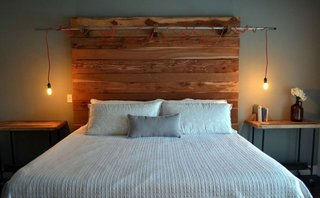 Dormitor rustic cu corpuri de iluminat in stil industrial