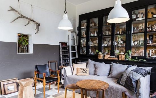 Interior de living cu lustre tip suspensie de culoarea alba