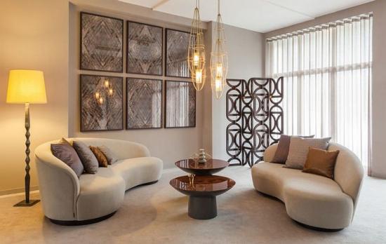 Lampa moderna in living amenajat in stil industrial contemporan