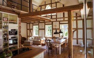Plan deschis casa amenajata cu accente de lemn si caramida