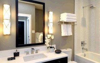 Aplici lungi montate in lateralele oglinzii de baie