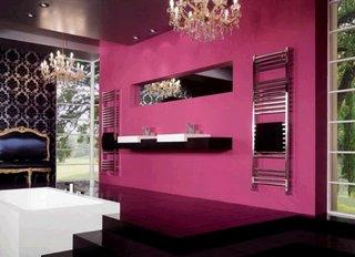Baie amenajata luxos cu peretii purpurii si pardoseala neagra