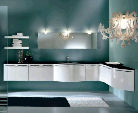 Candelabru mare alb cu design modern in baie minimalista