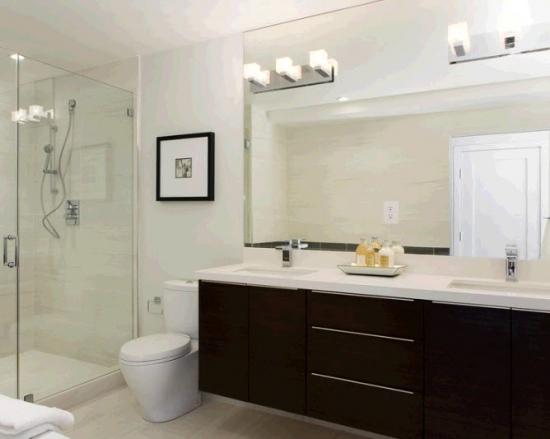 Mobilier pentru baie wenge, pereti albi, corpuri de iluminat moderne