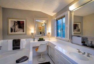 Tub luminos cu neon amplasat deasupra oglinzii din baie