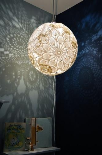 Abajur alb pentru lumina difuza si umbre decorative
