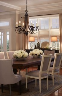 Zona de dining cu candelabru simplu cu lumanari