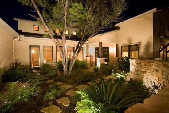 Curte cu lumini doar la intrarea in casa