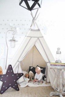 Camera copil decorata cu cort pentru joaca