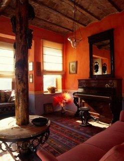 Camera de zi rustica amenajata cu covor chilim