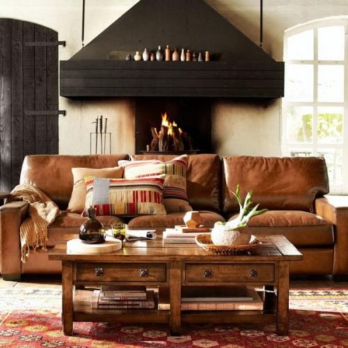 Canapea din piele maro mobilier din lemn masiv si covor chilim