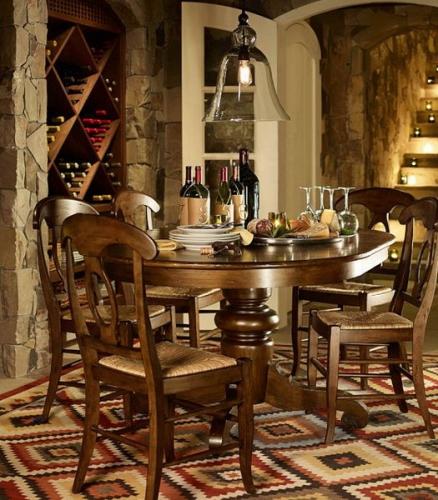 Dinning amenajat in stil rustic cu covor chilim de dimensiuni mari