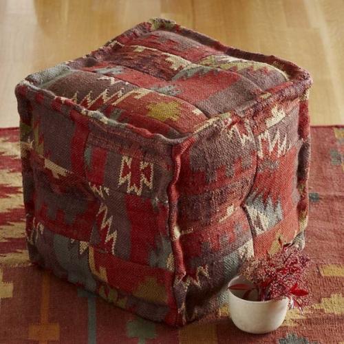 Taburet cub realizat din tesatura chilim