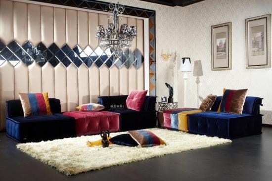 Covor shaggy alb pufos si perete decorat cu oglinzi in living