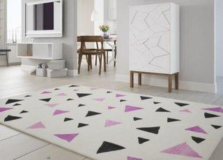 Covor alb cu triunghiuri colorate