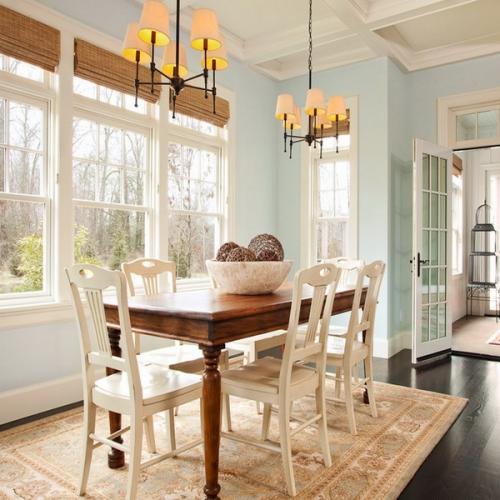 Dinning cu pereti bleu deschis plinte albe si covor cu model persan