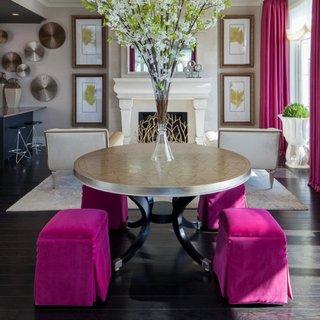 Dusumea neagra covor alb si scaune cu huse purpurii