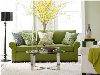 Amenajare living cu covor alb si canapea si decoratiuni verzi