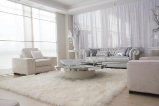 Covor pufos alb in living cu mobila alba