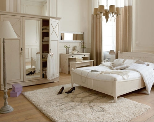 Covor shaggy in dormitor modern cu mobila alba