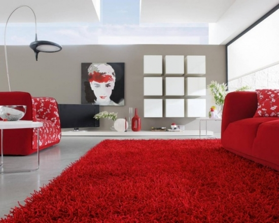 Covor shaggy rosu in living cu canapea si fotolii rosii