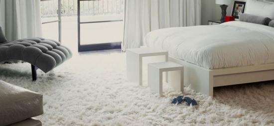 Dormitor integral alb cu covor fir mediu