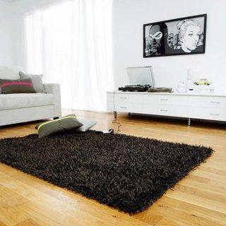 Living modern cu covor shaggy negru si mobila alba